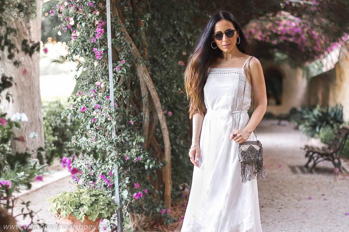 Blogger influencer valenciana con ideas de look verano con vestido blanco para vestir en un fiesta ibicenca boda bautizo