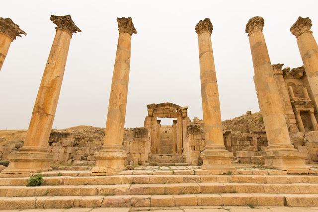 Ruinas de la entrada a la catedral de la ciudad romana de Jerash