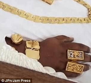 Tangan pun penuh dengan cincin emas.