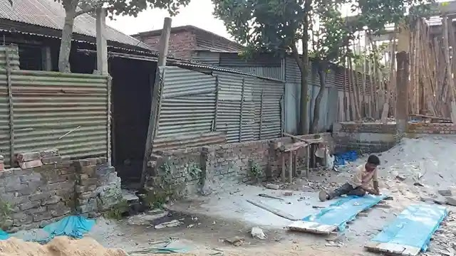 Construction of opposing walls on the road to Islampur