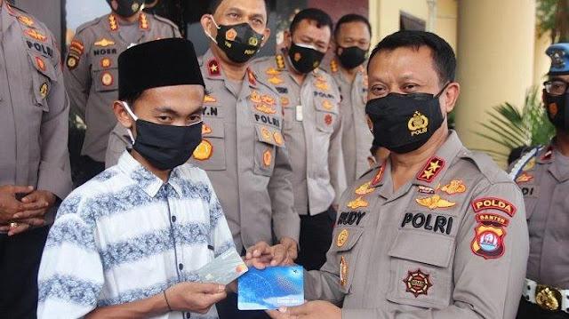 Viral Tukang Cabut Bulu Ayam Rawat 5 Adik Yatim, Kapolda Banten Ganjar Bantuan Rp22 Juta
