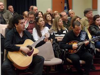 Οι μουσικοί καθισμένοι με τα όργανά τους