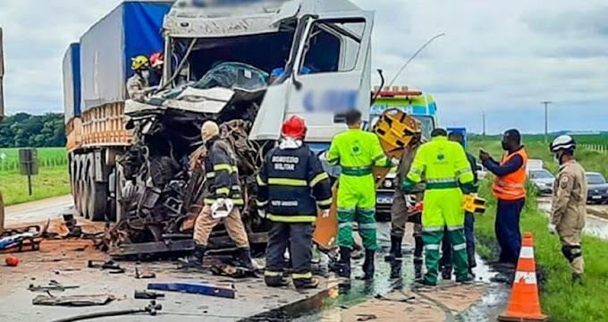 Batida entre três carretas deixa motorista preso às ferragens em rodovia de MT