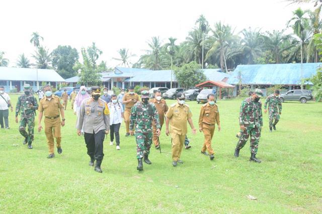 Kunjungan Danrem Ke SMP Negeri 1 Malela Yang Akan Dijadikan Isolasi Terpusat Didampingi Dandim 0207/Simalungun