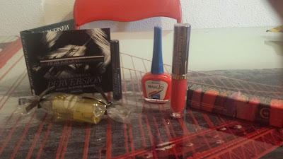 Esmalte de uñas, aceite de ducha, máscara de pestañas y labial permanente