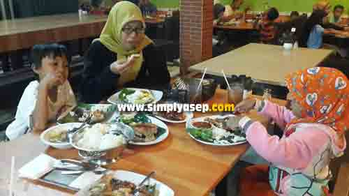 DINNER: A birthday celebration for the birthday celebration celebrated with a simple dinner at Ulam Singkil Restaurant. From right to left: Tazkia Putri (5 years), Mother, and Mas Abbie (7 years). Photo of Asep Haryono