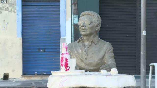 Estátua de Reginaldo Rossi sofre vandalismo menos de 20 dias depois de ser inaugurada no Recife