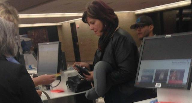 Η Φωτογραφία αυτής της γυναίκας στα εισιτήρια του αεροδρομίου, σαρώνει στο διαδίκτυο. Ο Λόγος;