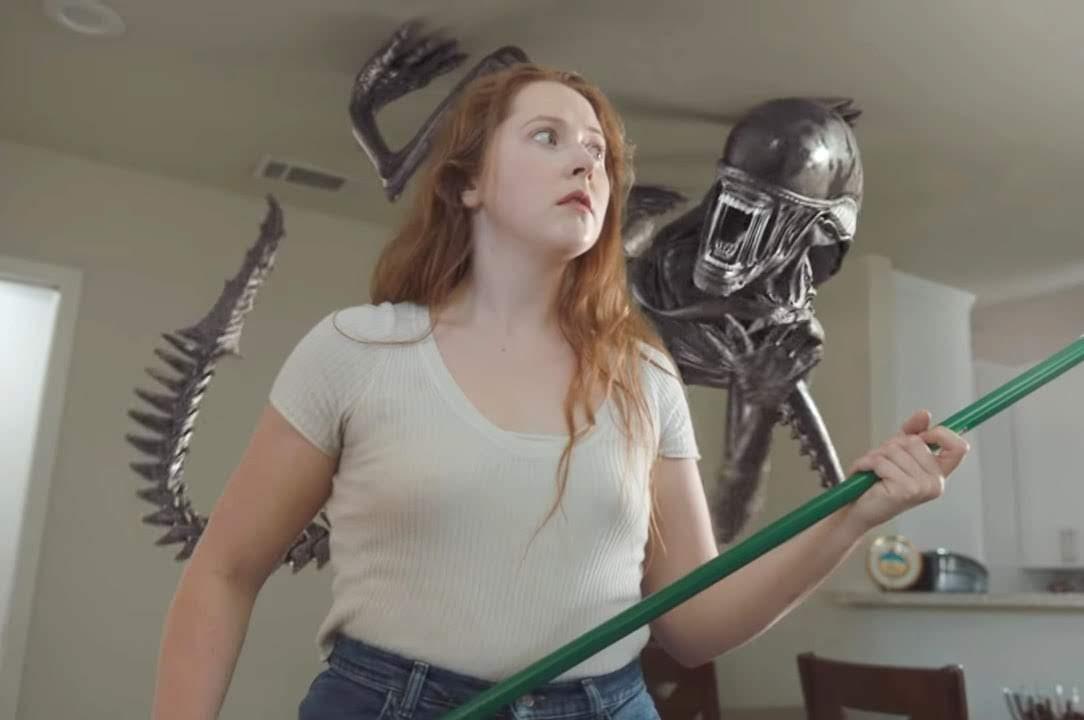 ASMR Xenomorph Attack : 微妙に心地よい音や、ささやき声で聴く者を絶頂に誘う快感ビデオのASMR(エイスマー)の YouTuber が受けとった音ネタが思いがけない事態に発展する約9分間の笑撃のショート・フィルム ! !