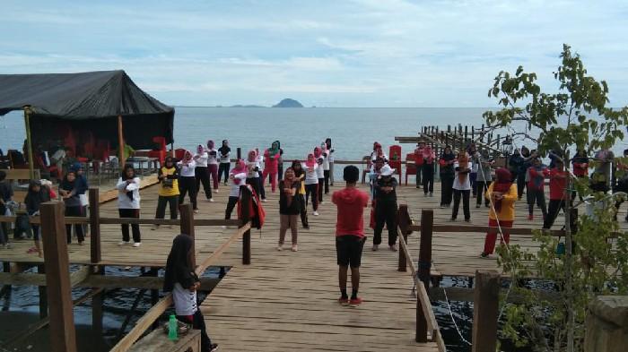 Senam Hipertensi, Promkes Puskesmas Mannanti Manfaatkan Pantai Bulokkong