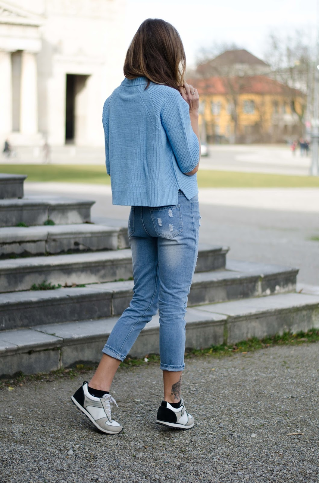 kristjaana mere knitted blue cropped top boyfriend jeans sneakers casual spring outfit
