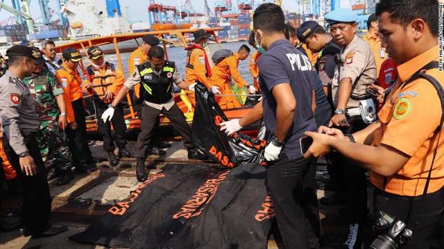 Avión se estrella con 188 ocupantes en Indonesia