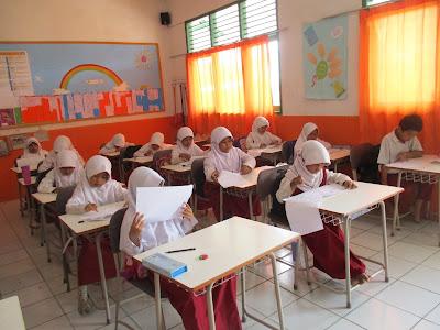 Suasana Ujian Kenaikan Kelas di Ruang Kelas 2 SD Juara Cilegon