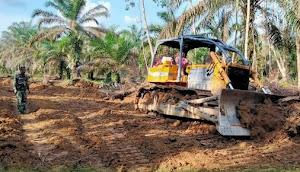 Operator Bulldozer Senang Bisa Bergabung Bersama Satgas TMMD Ke-112