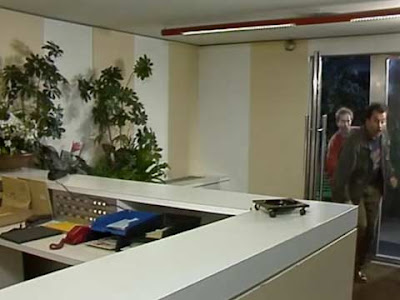 I due spacciatori si intrufolano nel palazzo di ''Casa Vianello''