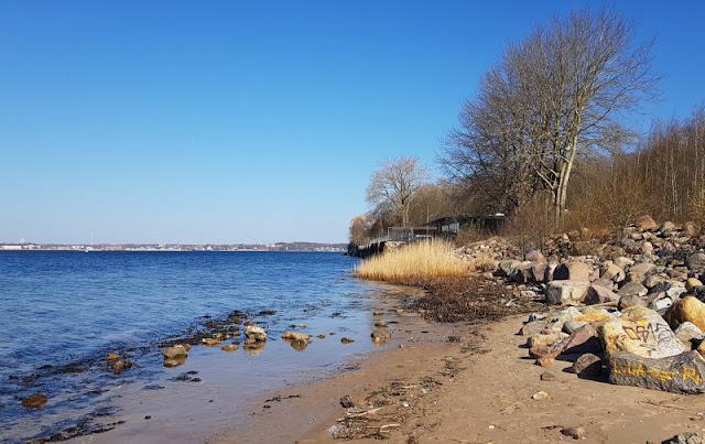 Küsten-Spaziergänge rund um Kiel, Teil 2: Der Ölberg in Mönkeberg. Am Hasselfelder Strand haben wir eine kleine Pause eingelegt und den Ausblick aufs Wasser genossen.