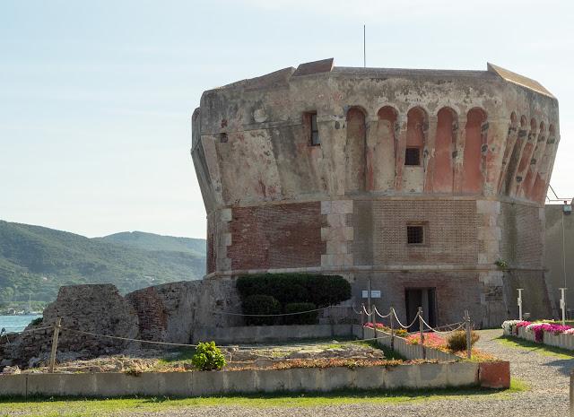 Torre Martello e area archeologica della Linguella