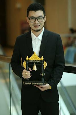 """ร่วมงานเกียรติยศ เพื่อคนไทยและสังคมไทย ครั้งที่ 10 ประจำปี 2560 """"บุคคลแห่งปี"""" (ระฆังทอง) สาขา ผู้ทำคุณประโยชน์แก่สังคมและประเทศชาติดีเด่น"""