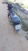Moto POP de cor preta abandonada em Santa Cruz do Capibaribe com Placa de Vertente do Lério