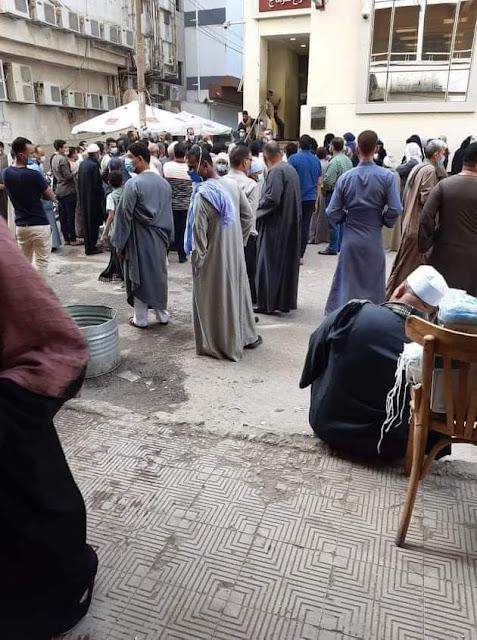 رغم التحذيرات لمواجهة فيروس كورونا زحام على فرع بنك مصر بسوهاج