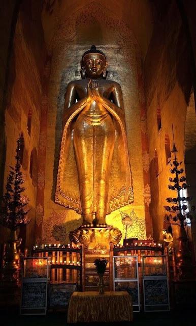 Phần lõi của ngôi đền Ananda là khối lập phương có 4 tượng Phật lớn mạ vàng quay về 4 mặt khác nhau tương ứng 4 lối vào đền, trong đó lối chính có dãy hành lang dài. Cảnh câu chuyện cuộc đời của Đức Phật được dập nổi trên hàng trăm viên gạch đất nung ở trong ngôi đền. Trên mỗi bậc tháp của Ananda đều có các Chinthes – những thụy thú giống như sư tử để bảo vệ các ngôi chùa trên khắp đất nước Miến Điện.