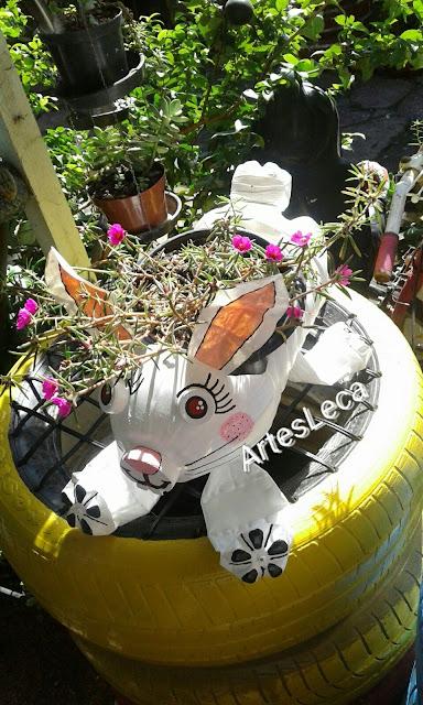 Coelho floreira feito de galão de água e garrafas pet