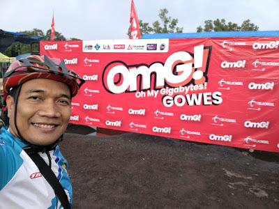 Selfie di depan banner OmG Gowes Tasikmalaya