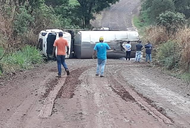 Caminhão tomba e deixa estrada interditada em Nova Tebas