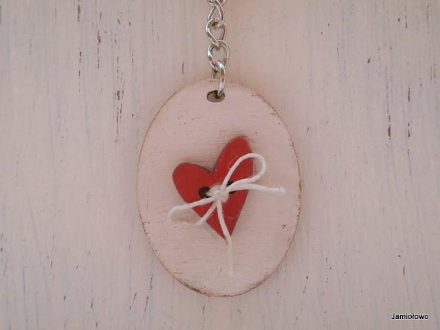 brelok do kluczy z drewnianym sercem
