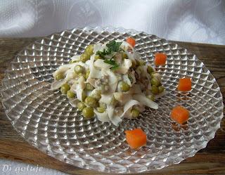Sałatka z makaronu ryżowego (z groszkiem i smażonymi pieczarkami)