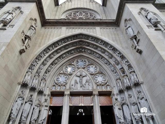 Vista ampla do espetacular Portal Monumental (frontão) da entrada principal da Catedral Metropolitana da Sé - São Paulo