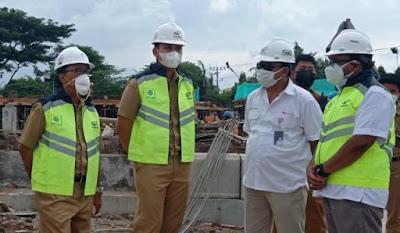 Dico M Ganinduto saat meninjau pembangunan proyek