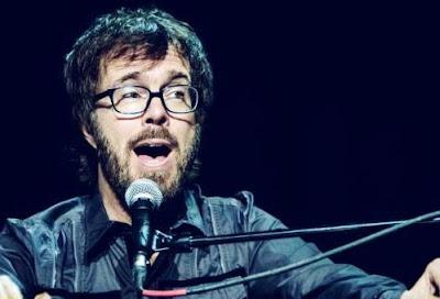 Foto de Ben Folds cantando en concierto