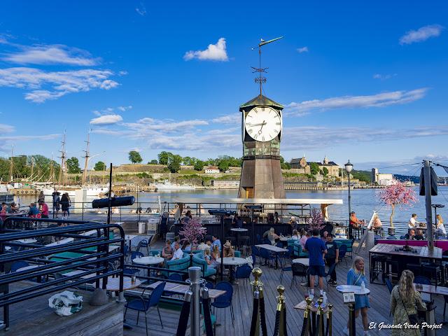 Torre del Reloj en Aker Brygge, Oslo - Noruega, por El Guisante Verde Project