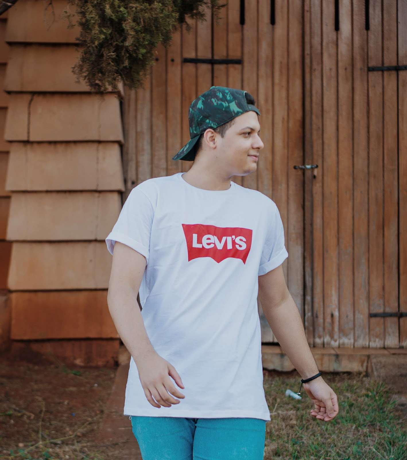Look Masculino com Camiseta Branca Levis, Camisa Jeans, Calça Jeans e Tênis Branco