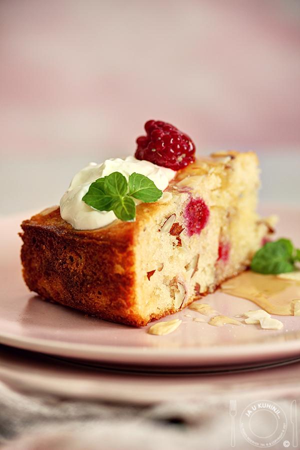 Jogurt kolač sa malinama, belom čokoladom i bademima