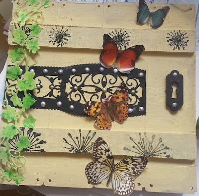 Door with butterflies and ivy mini pallet art wall hearing