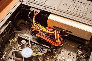 左上の黒い箱が PC 電源