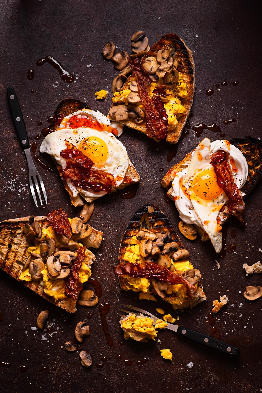 Śniadanie Mistrzów: grzanki/tosty z jajkami i bekonem na dwa spososby