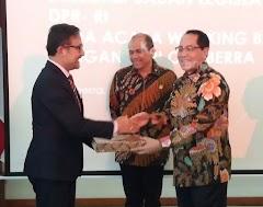 Anggota DPR RI Firman Soebagyo,  Kenalkan Batik Tulis Bakaran Pati ke Australia