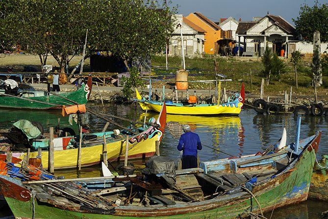 Kesibukan pemilik kapal kala pagi