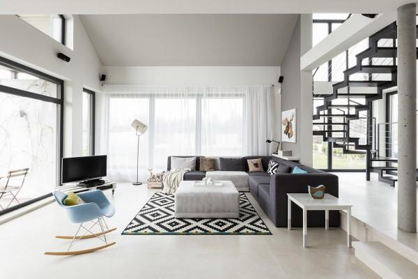 интерьер белой гостиной в доме