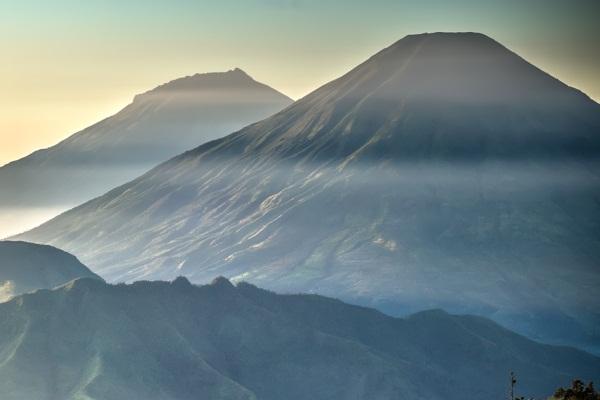 Gunung Kembar Di Jawa Tengah Ini Menawarkan Lautan Awan Di Puncaknya