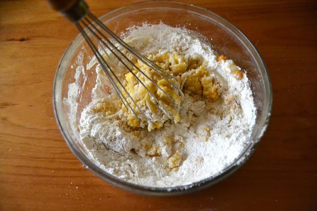 barrejant els ingredients per les galetes de mandarines de proximitat