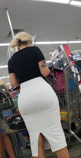 Bella mujer ricas caderas anchas vestido blanco pegado