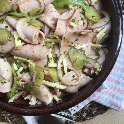 gehobelter Wurstsalat mit Senfdressing