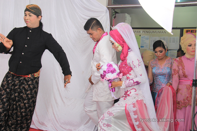 Foto Liputan Pernikahan Tyas & Joko | Bag.6 - Nuansa Simple Nan Elegant Pada Pesta Tyas & Joko - 10 Juli 2016 | Klikmg.com Fotografer Pernikahan Purwokerto