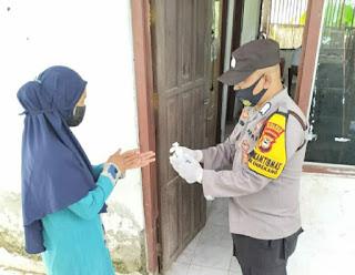 Berikan Pengamanan, Bhabinkamtibmas Polsek Enrekang Kawal Penyaluran Bantuan Sosial Tunai oleh Kantor Pos