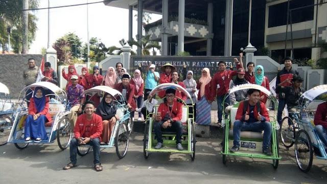 Peserta konvoi semarak Ramadhan 1438 H di depan gedung DPRD Jember