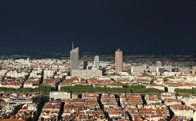 La ville de Lyon après l'orage vue des toits de Fourvière